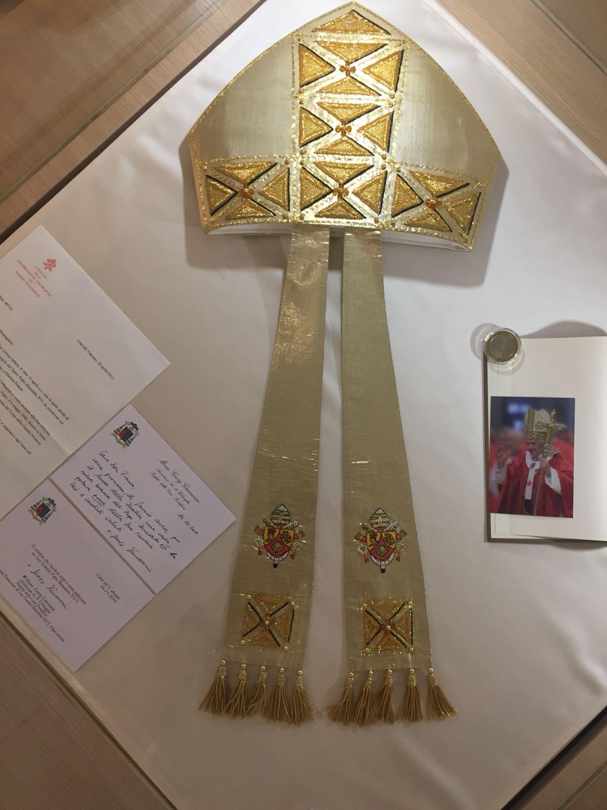 Abito Talare e Mitria del Papa Emerito